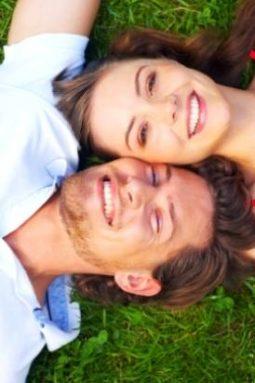Женщина и мужчина на траве