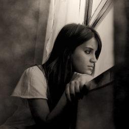 Одинокая скучающая девушка